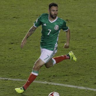 Miguel Layún controla el balón en un juego con el Tri