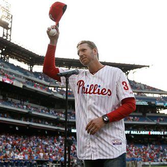 Roy Halladay en una ceremonia con los Phillies