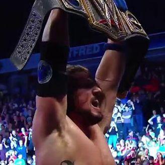 AJ Styles festeja con el título de la WWE