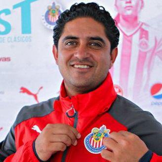 Luis Fernando Camacho muestra el logo de las Chivas