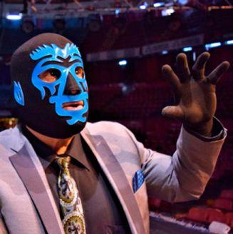 Mano Negra (der) en una conferencia del CMLL