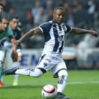 Dorlan Pabón dirige el balón durante el juego contra Santos