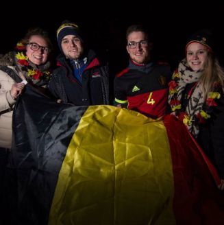Aficionados de Bélgica posan con la bandera de su país