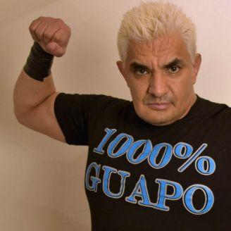 Shocker posa para el Consejo Mundial de Lucha Libre