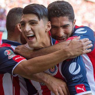 Alan Pulido festeja un gol contra Tigres