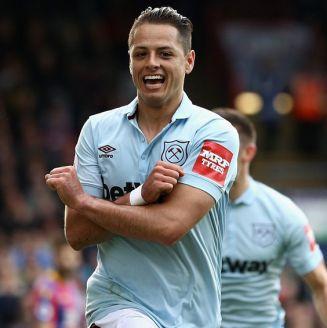 Javier Hernández festeja un gol con West Ham