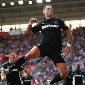 Javier Hernández festeja un gol con el West Ham United