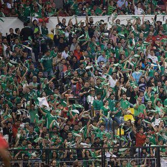 Aficionados de México apoyan en el Estadio Azteca