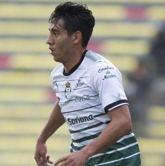 Walter Gael Sandoval disputa un juego con Santos Laguna