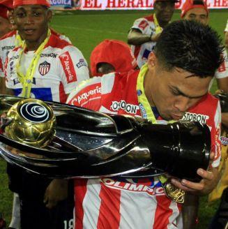 Teófilo Guriérrez besa el trofeo de la Copa Águila