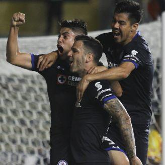Cruz Azul festeja gol contra Monarcas en la J16