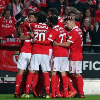 Jugadores del Benfica celebran uno de los goles frente al Vitoria