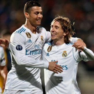 Cristiano festeja con Modric una anotación en Champions League