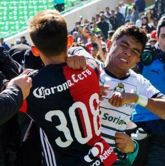 Jugadores de Atlas y Santos intercambian golpes en la Final Sub 20