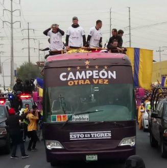 Tigres durante el desfile para celebrar sexto campeonato