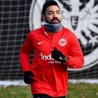 Marco Fabián trota durante entrenamiento del Eintracht