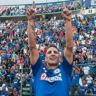 Chaco Giménez festeja un gol con Cruz Azul