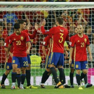 Jugadores de España festejan un gol en un juego contra Italia