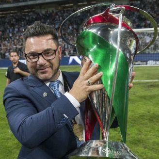 Mohamed sonríe con el trofeo de la Copa MX