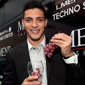 Jiménez posa con una copa y unas uvas
