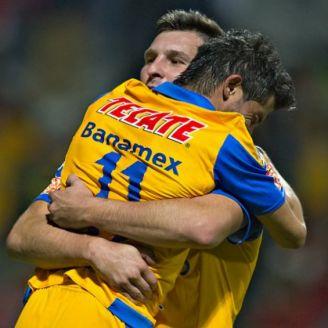 Gignac  y Damián Álvarez se abrazan en un juego de Tigres en 2015