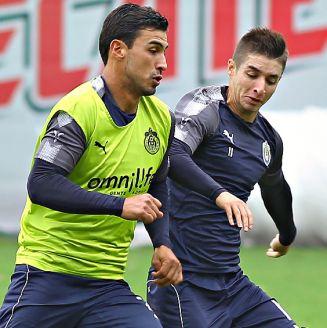 Alanís y Brizuela, durante un entrenamiento con Chivas