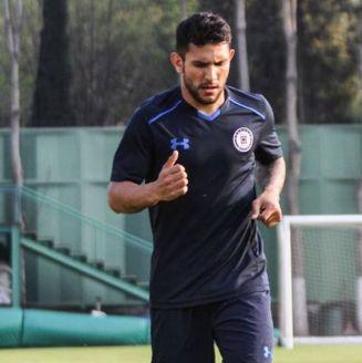 Walter Montoya en la práctica de Cruz Azul