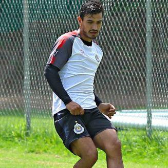 Alanís remata un balón en un entrenamiento de Chivas