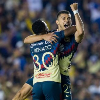 Henry Martín festeja su gol junto a Renato Ibarra