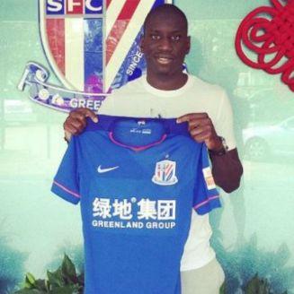 Demba Ba posa con la playera del Shanghai Shenhua