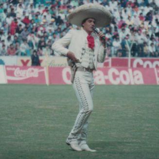 José Manuel Correa, durante una interpretación del himno de Chivas