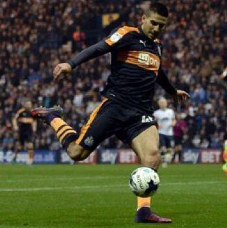 Mitrovic saca un disparo con el Newcastle