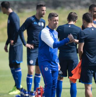 Caixinha apoya a sus jugadores durante un entrenamiento