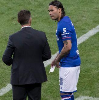 Gullit dialoga con Caixinha previo a su ingreso con La Máquina