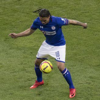 Carlos Peña controla el balón en su debut con Cruz Azul
