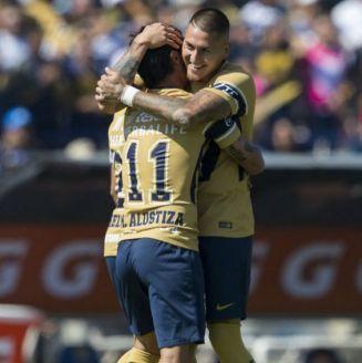Castillo y Alustiza se abrazan tras un gol a favor de Pumas