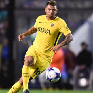 Edwin Cardona disputa un juego con Boca Juniors