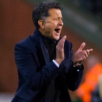 Juan Carlos Osorio aplaude en juego del Tri