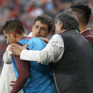 Zamora, atendido por el cuerpo médico tras sufrir la herida