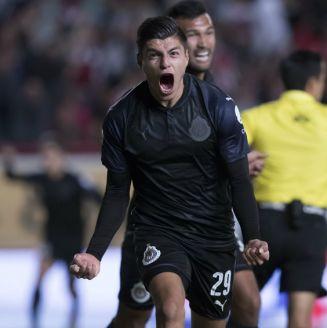 Ronaldo Cisneros festeja su primer gol con Chivas