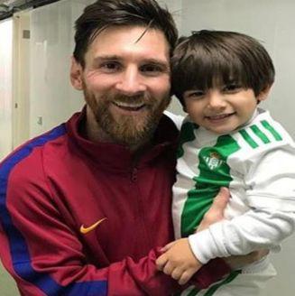Lionel Messi carga al hijo de Andrés Guardado