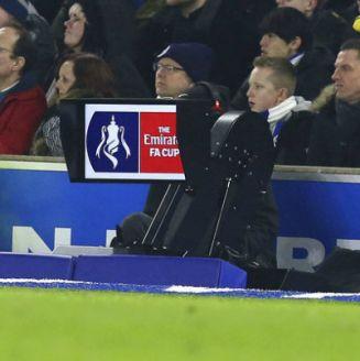 Presencia del VAR durante un partido de la FA Cup