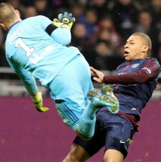Momento en que Mbappé termina lesionado por el arquero del Lyon