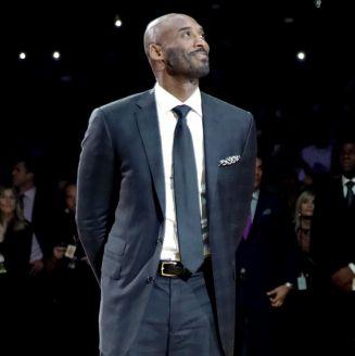 Kobe acude al retiro de sus números en la NBA