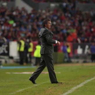 Rubén Omar Romano dirige al Atlas en el juego contra Cruz Azul