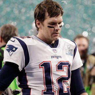 Brady sale cabizbajo del campo