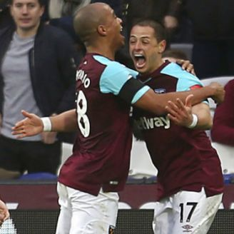 Chicharito festeja gol con West Ham