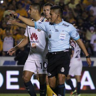 Fernando Guerrero señala penalti a favor del América
