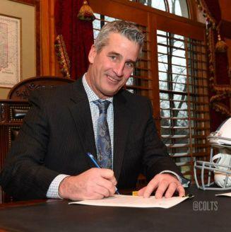 Frank Reich firmando su contrato con Indianapolis Colts