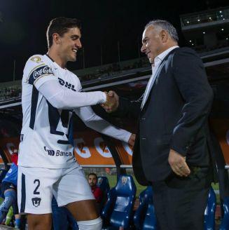 Memo Vázquez saluda a Van Rankin en el Olímpico Universitario